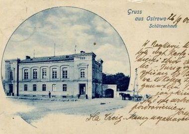 Gmach strzelnicy na pocztówce ostrowskiego fotografa R.Stange wydanej ok. 1900 roku, MMOW 02221-01